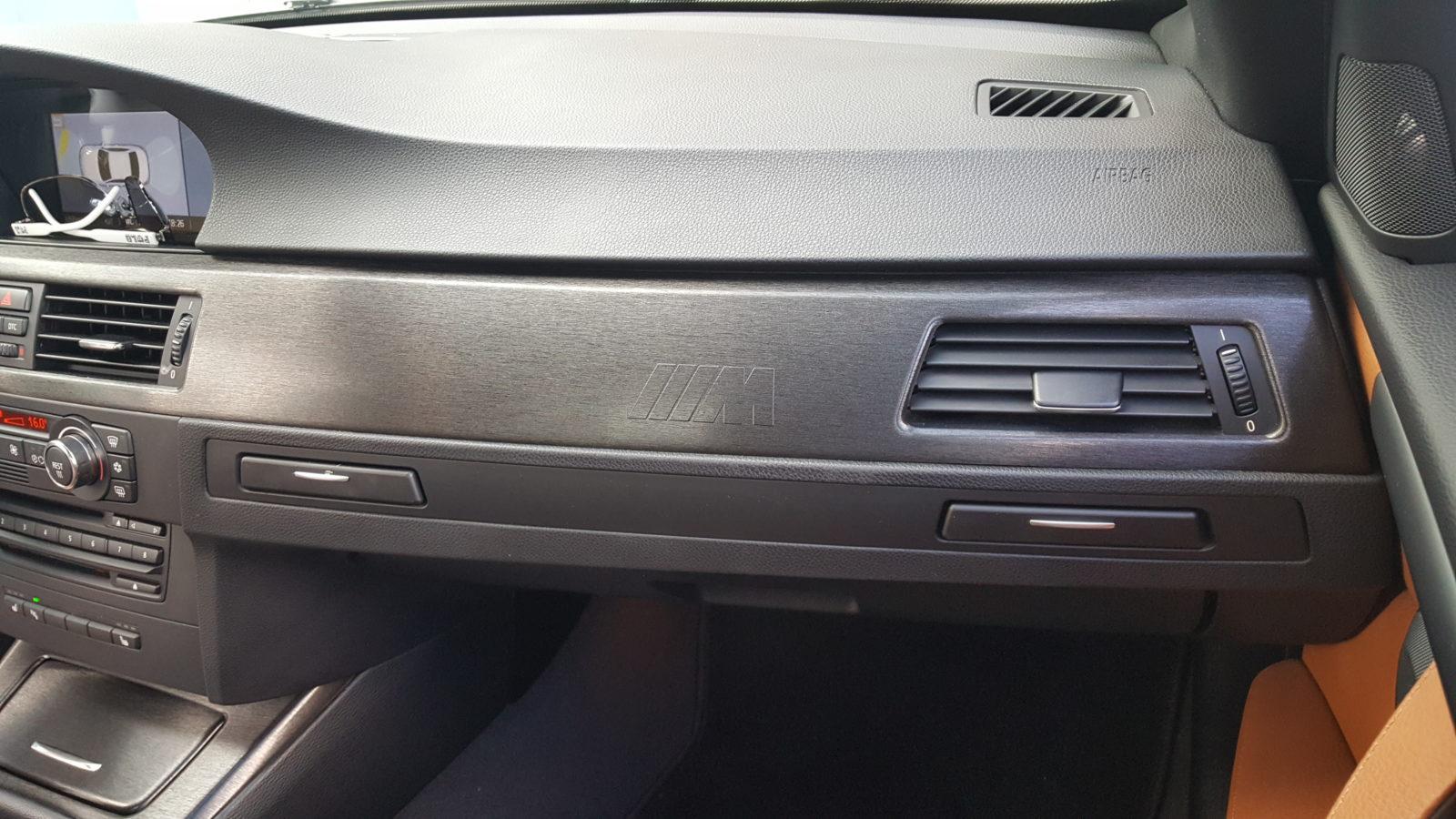 Verklebung im Fahrzeuginnenbereich